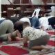 AMZ 0003 boy tickles during islamic pray