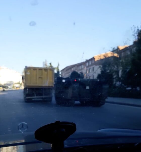 The civilians followed the soldiers tanks and military vehicles who wanted to stage a military coup in cars and tanks, causing them to retreat to their barracks.